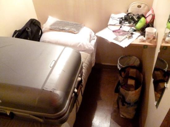 East Village Suites: Der Platz ist so eng, der Koffer kann nur auf der Pritsche geöffnet werden, diese ist super kurz