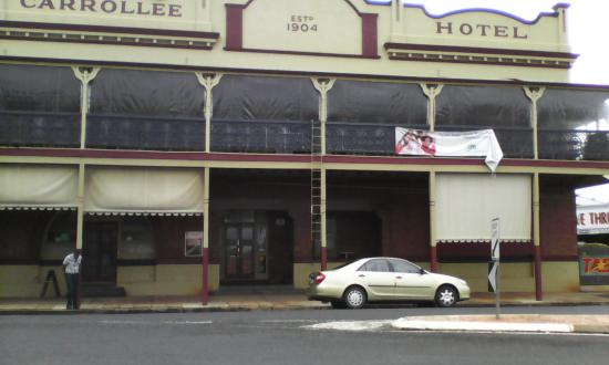 Kingaroy, Australia: Outside of Hotel.  (Plastic blinds down because of rain)