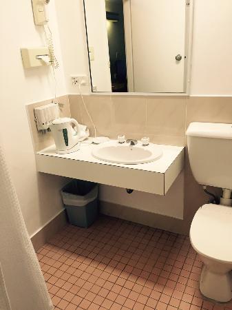 Lane Cove, Australia: The bathroom was basic but clean