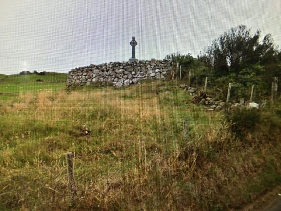 Cushendun, UK: The cairn is right off the little road.
