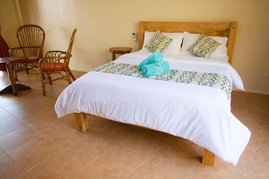 Boljoon, ฟิลิปปินส์: Locally made custom queen bed.