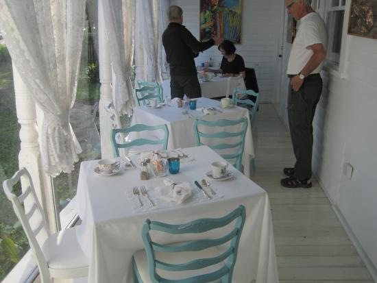 T'Frere's Bed & Breakfast: Side porch upon which breakfast is served