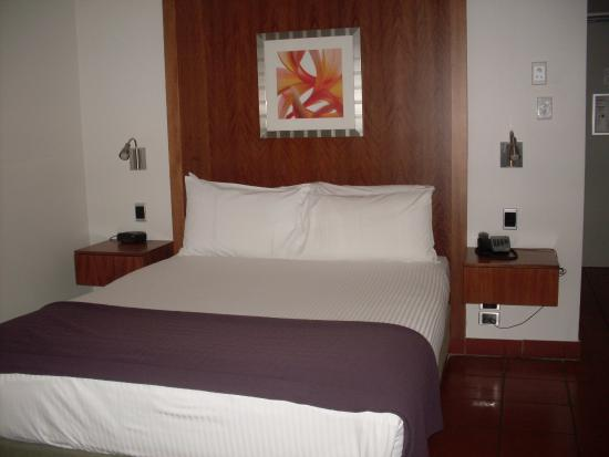 The Hotel Cairns: Balcony room is lovely and spacious
