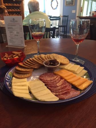 Chappell Hill, TX: Nice Cheese Tray to accompany our Wine.