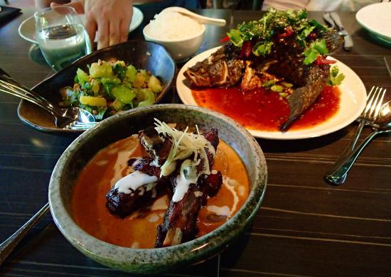 Yandina, Australia: Lamb dish, salad and whole fish (Barramundi)