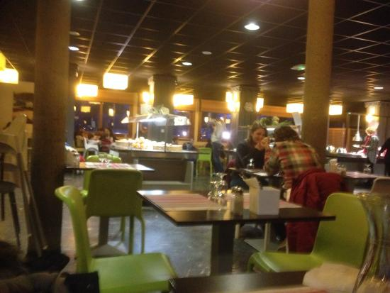 Praz-sur-Arly, Francia: très grande salle et deux emplacements de buffets