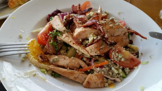 Tanworth in Arden, UK: Warm chicken, bacon and stilton salad - delicious.