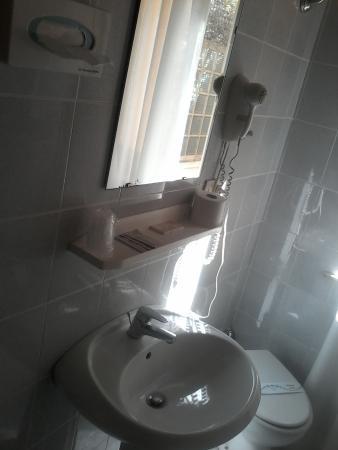Il bagno - Picture of Giappone Inn Parking Hotel, Livorno - TripAdvisor