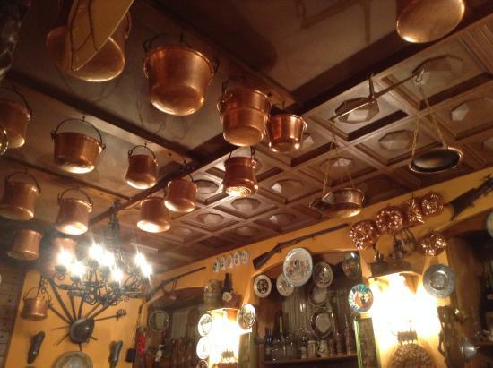 Ristorante Agnello D'Oro: Оригинальные украшения на потолке!