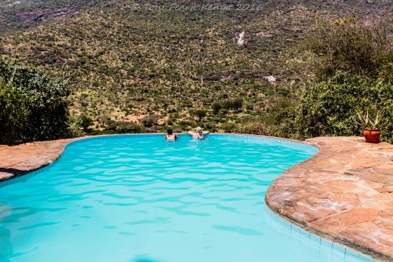 Il Ngwesi Lodge: Infinity pool looking over the valley,