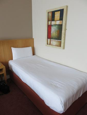 CityNorth Hotel: Our room had a double and single bed. As you can see, the room has nice pictures too.
