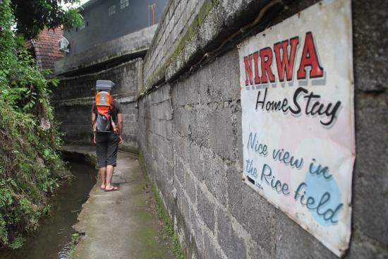 Nirwa Ubud Homestay: Path alonge the river to NIrwa Homestay
