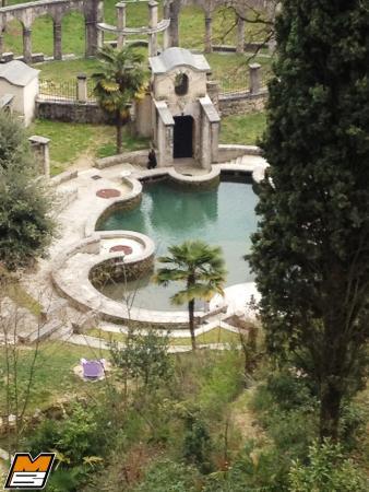 la fontana e dietro il piccolo chiosco per un momento di ristoro ... - Piccolo Giardino Con Fontana