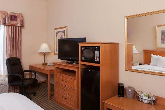 Hampton Inn & Suites Addison: Hospitality Center