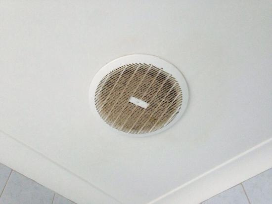 Broadwater Beach Resort Busselton: This was the fan over our toilet, don't think it had been cleaned in 20 years. This was the quil