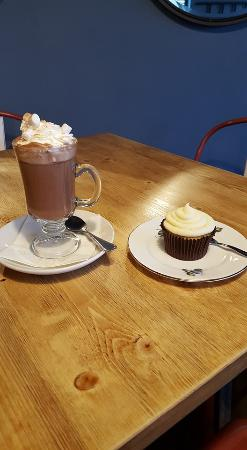Malpas, UK: Join us for Harry's yummy hot chocolate and a tasty cupcake!
