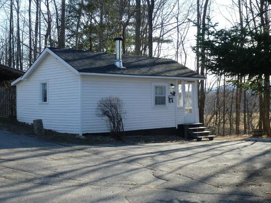 Conway, NH: Couples cabin over looking the river