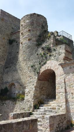 Calitri, Włochy: Una torre del castello miracolosamente rimasta in piedi