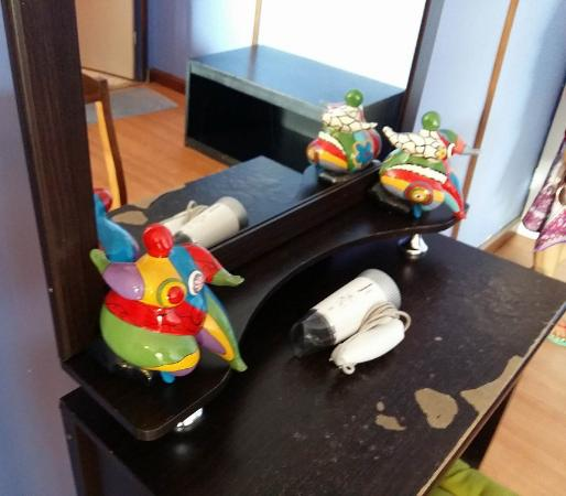 Lareena Resort : Circus art and worn out desk