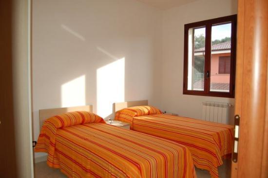 camera da letto con due posti eetto singoli ed cabina armadio - Foto ...