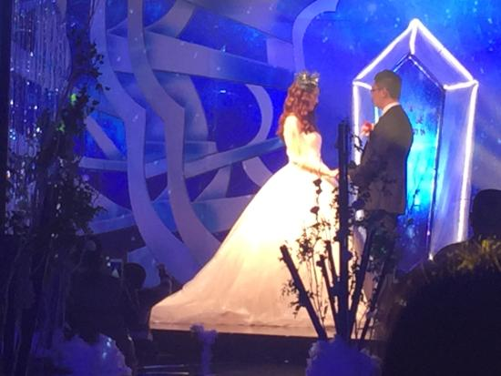 Fuyue Hotel: couple taking their vows