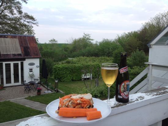 Hygge på terrassen. - Billede af Heltoften Bed & Breakfast, Nykøbing ...
