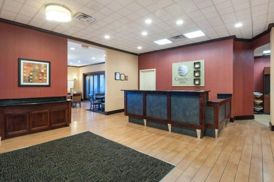 Comfort Inn Ballston: Front Desk