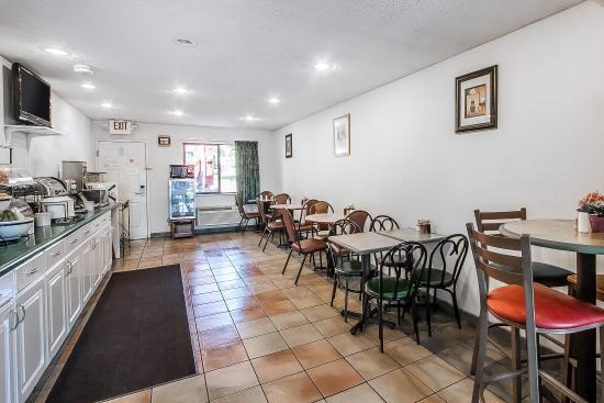 Econo Lodge Inn & Suites Southeast : Breakfast area