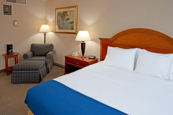 Holiday Inn Express Elmira Horseheads : Unwind and relax in a spacious room!