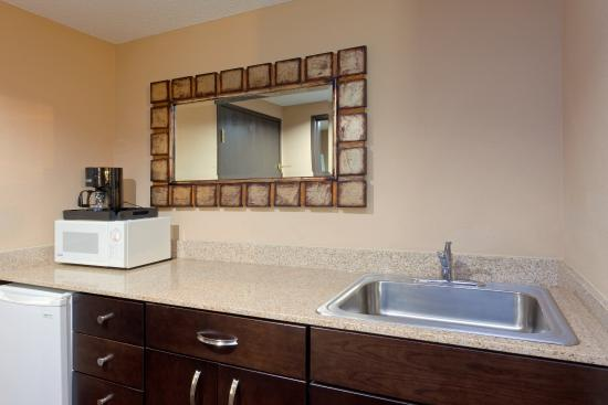 Austinburg, OH: Kitchenette in our King Suite