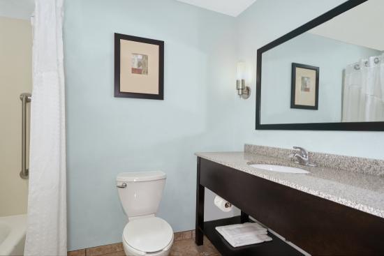 Pekin, IL: Suite Guest Bathroom
