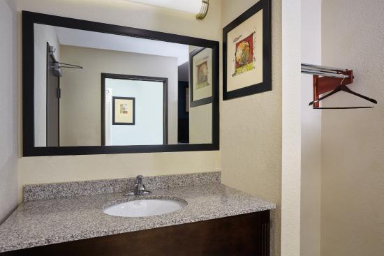 Pekin, IL: Two Queen Suite guest bathroom