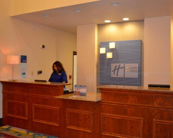 Holiday Inn Express & Suites Omaha West: Front Desk