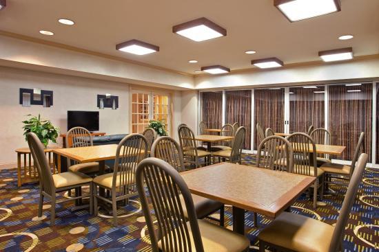 Holiday Inn Express St. Joseph: Guest Lounge