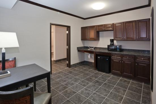 Brook Park, OH: King Executive Suite Kitchenette