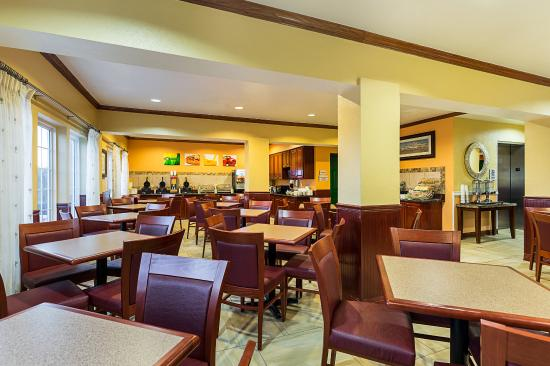 Quality Inn & Suites Beachfront: Breakfast Seating