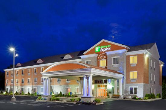 Holiday Inn Express Suites Gananoque: Hotel Exterior