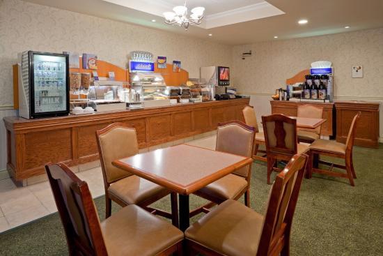 Holiday Inn Express Suites Gananoque: Breakfast Bar