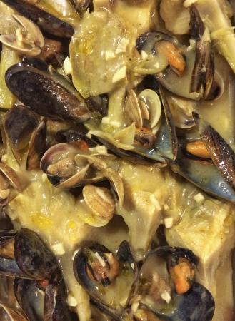 Alella, España: Cocina de mercado tradicional mediterranea combinada con platos Peruanos