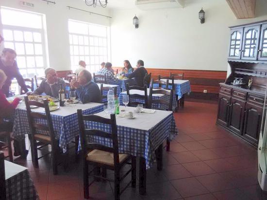 La sala da pranzo interna - Bild von Marisqueira Santola, Rogil ...