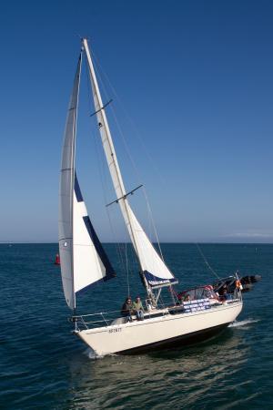 "Avila Beach, كاليفورنيا: The beautiful ""Spirit"" under full sail"
