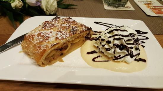Budenheim, Jerman: Apfelstruedel with vanilla sauce