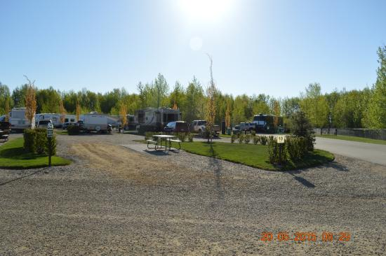 Stony Plain, Canadá: Spacious sites completePicnic table, patio, power,water,sewer,Wifi & cable tv.