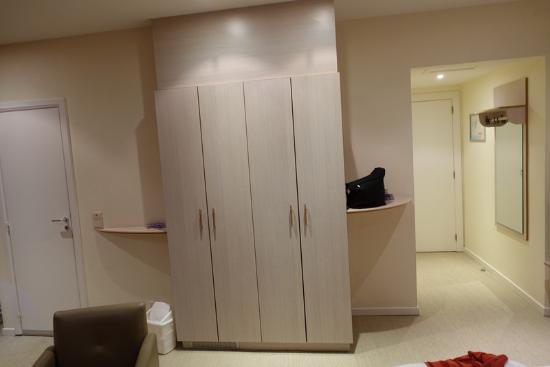Hotel die Prince: Entrée, armoire avec save, porte de la salle de bain.
