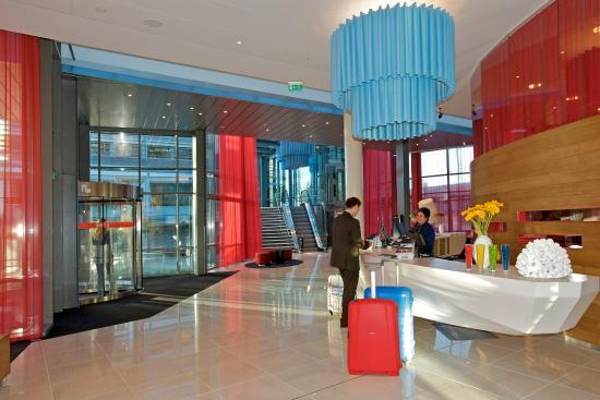 Park Inn by Radisson Oslo Airport, Gardermoen Hotel : Chic surroundings at check in