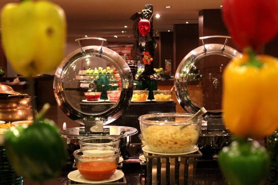Radisson Blu Plaza Hotel Hyderabad Banjara Hills: BUFFET SPREAD