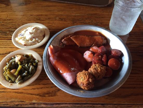 Brookhaven, Μισισιπής: Had the three meat plate consisting of ham, sliced brisket and sausage. All was very good. I lik