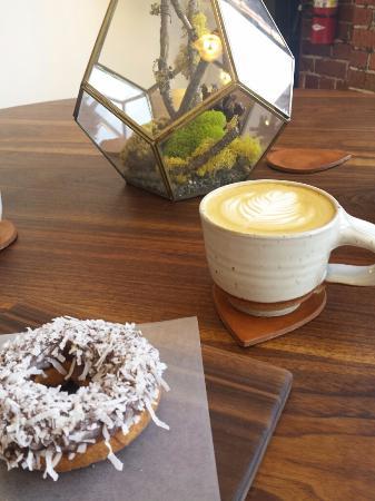 Martinez, Kaliforniya: Vanilla latte and chocolate/coconut donut