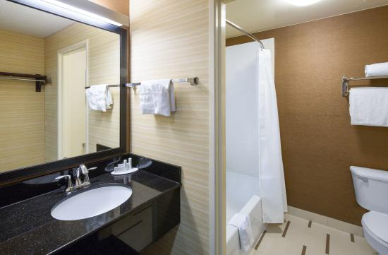 Fairfield Inn & Suites San Antonio Airport/North Star Mall: Standard Bathroom