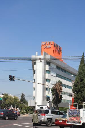 Hotel Lord: Из-за треугольной формы отеля лучше брать угловой номер .